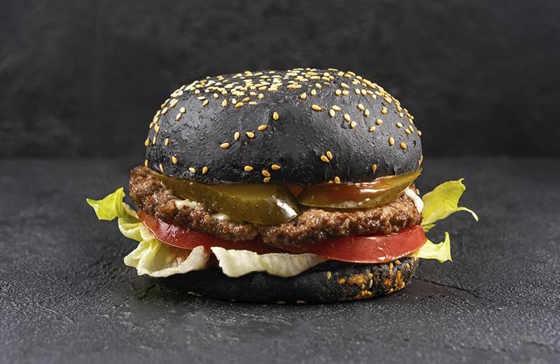 Бургер с котлетой из говядины на черной булочке