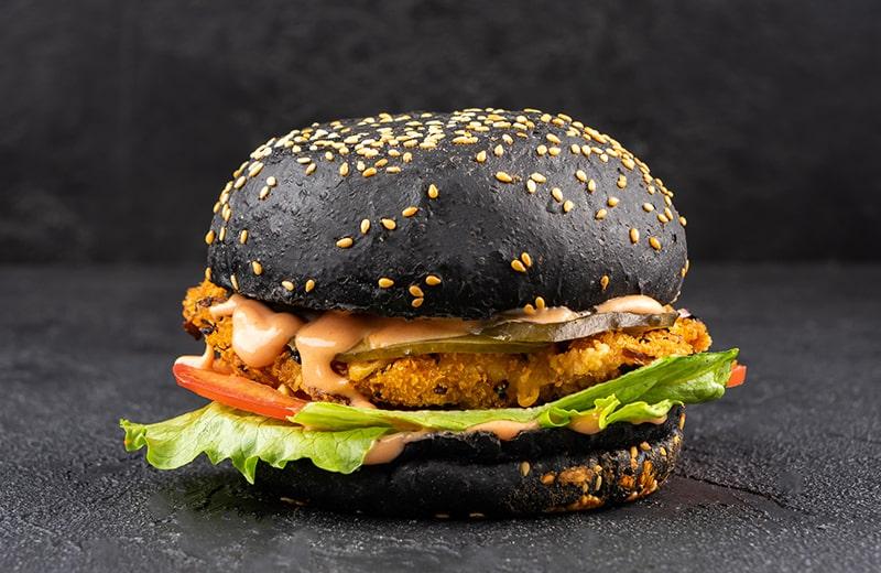 Чикенбургер на черной булочке