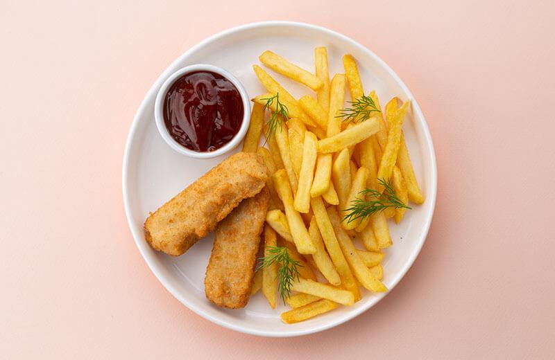 Филе белой рыбы в панировке с картофелем фри