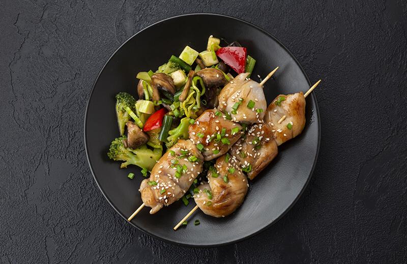 Шашлычки из цыпленка с жареными овощами