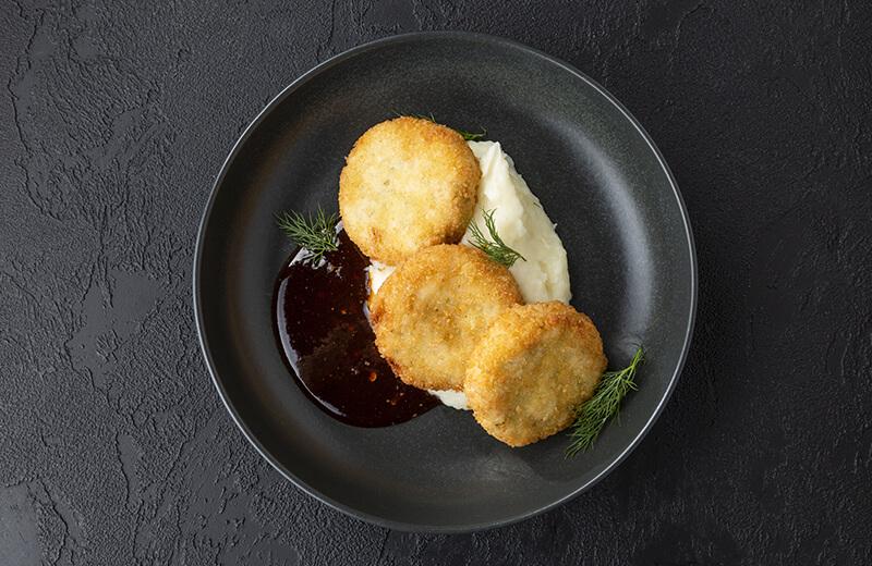 Краб-кейки с картофельным пюре и соусом сладкий чили