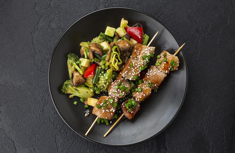 Шашлычки из свинины с жареными овощами