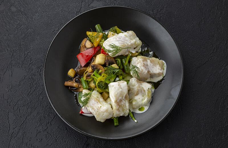 Запечённая белая рыба с овощами