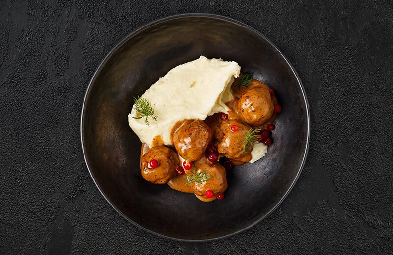 Фрикадельки из цыплёнка с картофельным пюре и брусникой