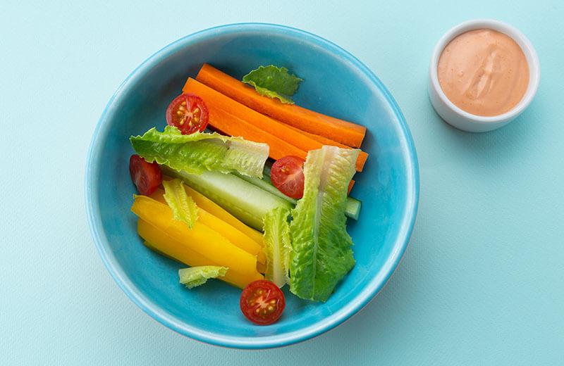 Овощные палочки с розовым соусом