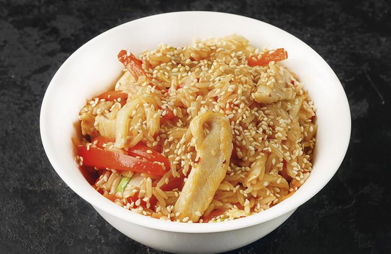 Рис с овощами, цыпленком и соусом сладкий чили