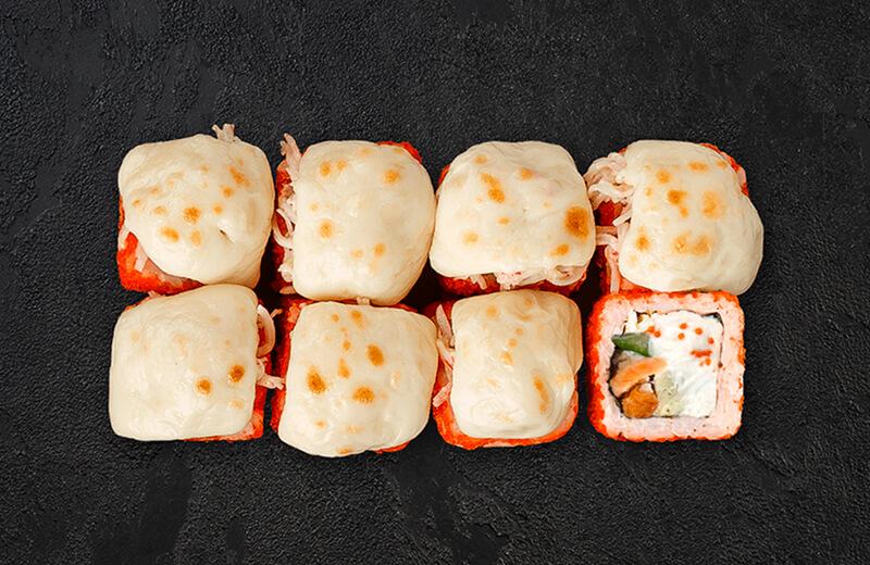 Запечённый ролл с крабом и сыром моцарелла