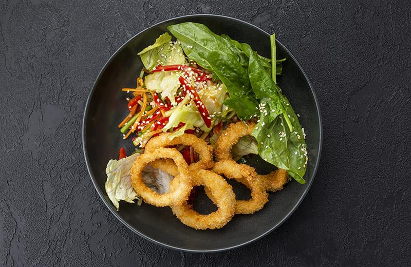 Салат с жареным кальмаром