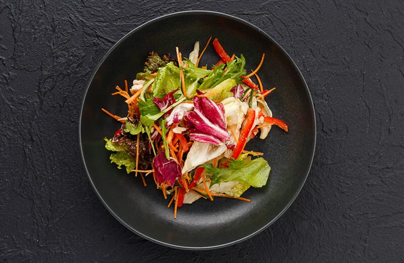 Салат с копчёным цыплёнком и овощами в ореховом соусе