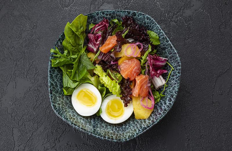 Салат с лососем холодного копчения, картофелем и яйцом
