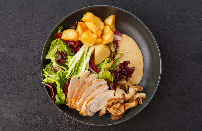 Салат с копчёным цыплёнком и жареными вёшенками