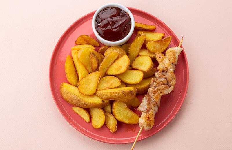 Шашлычок из цыплёнка с картофельными  дольками и кетчупом