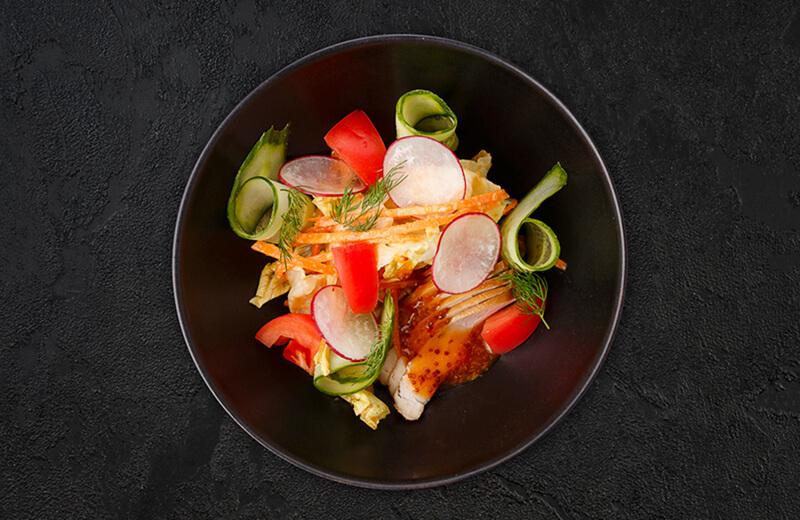 Овощной салат с копчёным цыплёнком и арахисом